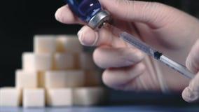 糖尿病的概念 加糖立方体和注射器在胰岛素细颈瓶  股票录像