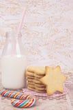 糖屑曲奇饼和瓶牛奶和棒棒糖 图库摄影