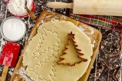 糖屑曲奇饼成份和切削刀 免版税库存图片