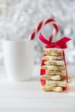 从糖星曲奇饼的自创被烘烤的圣诞树 图库摄影