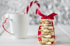 从糖星曲奇饼的自创被烘烤的圣诞树 免版税库存图片