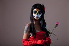 糖有红色玫瑰的头骨女孩 免版税库存照片