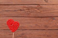 糖果剪报重点查出的路径形状白色 在木背景的情人节棒棒糖 情人节背景,婚礼那天 库存图片