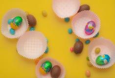 糖果和朱古力蛋被提出以形式 明亮的背景 复活节朱古力蛋和ocolate鸡蛋 库存照片