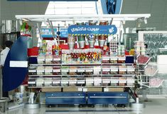 糖果和玩具在迪拜国际机场购物 库存照片