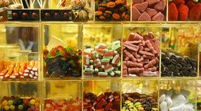 糖果和甜点在商店窗口里 库存图片
