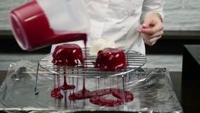 糖果商倾倒在冷冻甜点空白之上的红色釉 影视素材