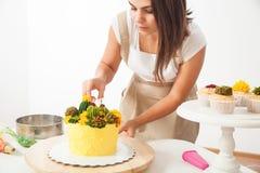 糖果商准备蛋糕 免版税库存照片