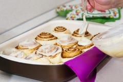糖果商在家准备甜小圆面包 库存图片