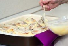 糖果商在家准备甜小圆面包 免版税库存图片