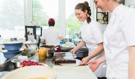 糖果商或烘烤饼和蛋糕的酥皮点心制造者 库存图片