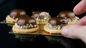 糖果商手设置了一个更加法国的微型奶油甜点酥皮点心点心对小组 股票视频