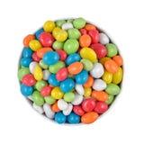糖果在一个白色碗的海小卵石在白色背景 免版税库存图片