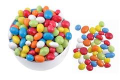 糖果在一个白色碗的海小卵石 免版税库存图片