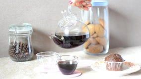 糖果块菌状巧克力在一块板材的,用桂香和茴香 在服务桌上,杯子cofee,曲奇饼 股票录像