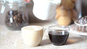 糖果块菌状巧克力在一块板材的,用桂香和茴香 在服务桌上,杯子cofee,曲奇饼 股票视频