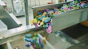 糖果工厂 从传动机溢出的甜点 股票录像