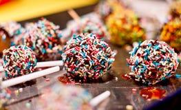 糖果店实验室生产巧克力调味的棒棒糖 免版税库存图片