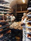 糖果店甜点的两位厨师烘烤在烤箱的饼 免版税库存照片