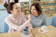 糖果店的快乐的女同性恋的女孩 免版税库存图片