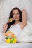 糖果愉快的糖妇女年轻人 免版税库存图片