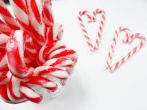 糖果有杯的心脏华伦泰糖果 免版税库存照片