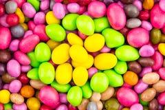 糖果杂色的糖衣杏仁亚麻制五颜六色的黄绿色桃红色五谷纤巧 库存图片