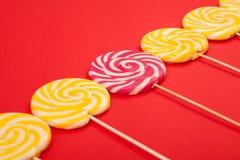 糖果棍子在红色背景的对角线被显示 库存图片