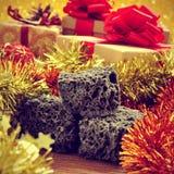 糖果煤炭和圣诞节装饰品和礼物,与一减速火箭的effec 免版税库存照片