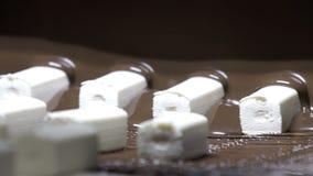 糖果由在生产线的巧克力倾吐了 抽象背景美丽的巧克力液体 现代牛奶店的工厂 影视素材