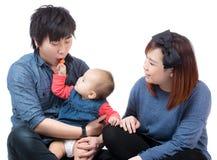 给糖果的亚裔女婴她的爸爸 免版税库存照片