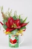 糖果篮子有装饰新年题材的礼物杯子  库存图片