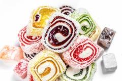 糖果背景 色的糖果包裹在卷和洒与椰子剥落 土耳其快乐糖 库存图片