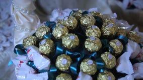 糖果花束由ferrero rocher和raffaello制成 惊人的糖果篮子 美丽的巧克力婚礼花束 糖果 股票录像