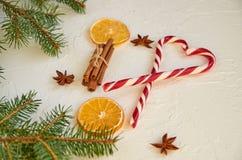 糖果锥体和传统香料的心脏被仔细考虑的酒的:茴香担任主角,肉桂条,干桔子 新年食物装饰 免版税库存图片
