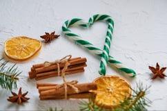 糖果锥体用香料-茴香星,干桔子,在白色背景的肉桂条与赠送阅本空间 免版税库存图片