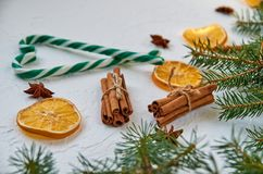 糖果锥体用香料-茴香星,干桔子,在白色背景的肉桂条 糖果的甜圣诞节心脏 免版税库存图片