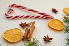 糖果锥体的心脏在白色桌上的与传统香料茴香星,肉桂条,烘干了桔子 新年食物 免版税库存图片
