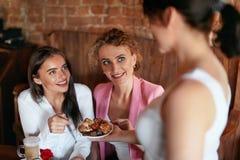 糖果 品尝在咖啡馆的妇女巧克力糖 库存图片