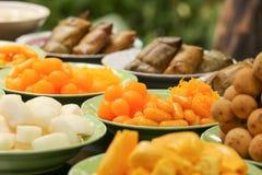 糖果Gloden下落泰国点心和果子在盘在宴会 库存图片