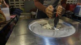 糖果panckake在一个大钢圆的平底锅的亚洲餐馆被烹调 股票视频