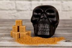 糖概念害处  糖和黑头骨形象立方体  免版税图库摄影