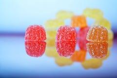 糖橘子果酱说谎镜子表面和轻的背景上 r ?? 免版税图库摄影