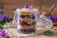 糖浆的准备从新鲜的紫罗兰色花的 免版税库存图片