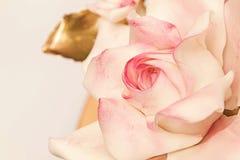 糖生日蛋糕装饰的玫瑰关闭 库存照片