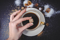 糖的不同的类型在黑桌上的 库存图片
