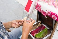 从糖的亚洲人手工造型传统艺术糖果与fo 图库摄影