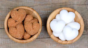 糖的心脏在竹子的在桌上滚保龄球 免版税库存图片
