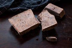 糖皮黑暗的木表面上的可可浆片 免版税库存照片
