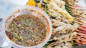 糖醋辣调味汁用在泰国kio的sausageand丸子 库存照片